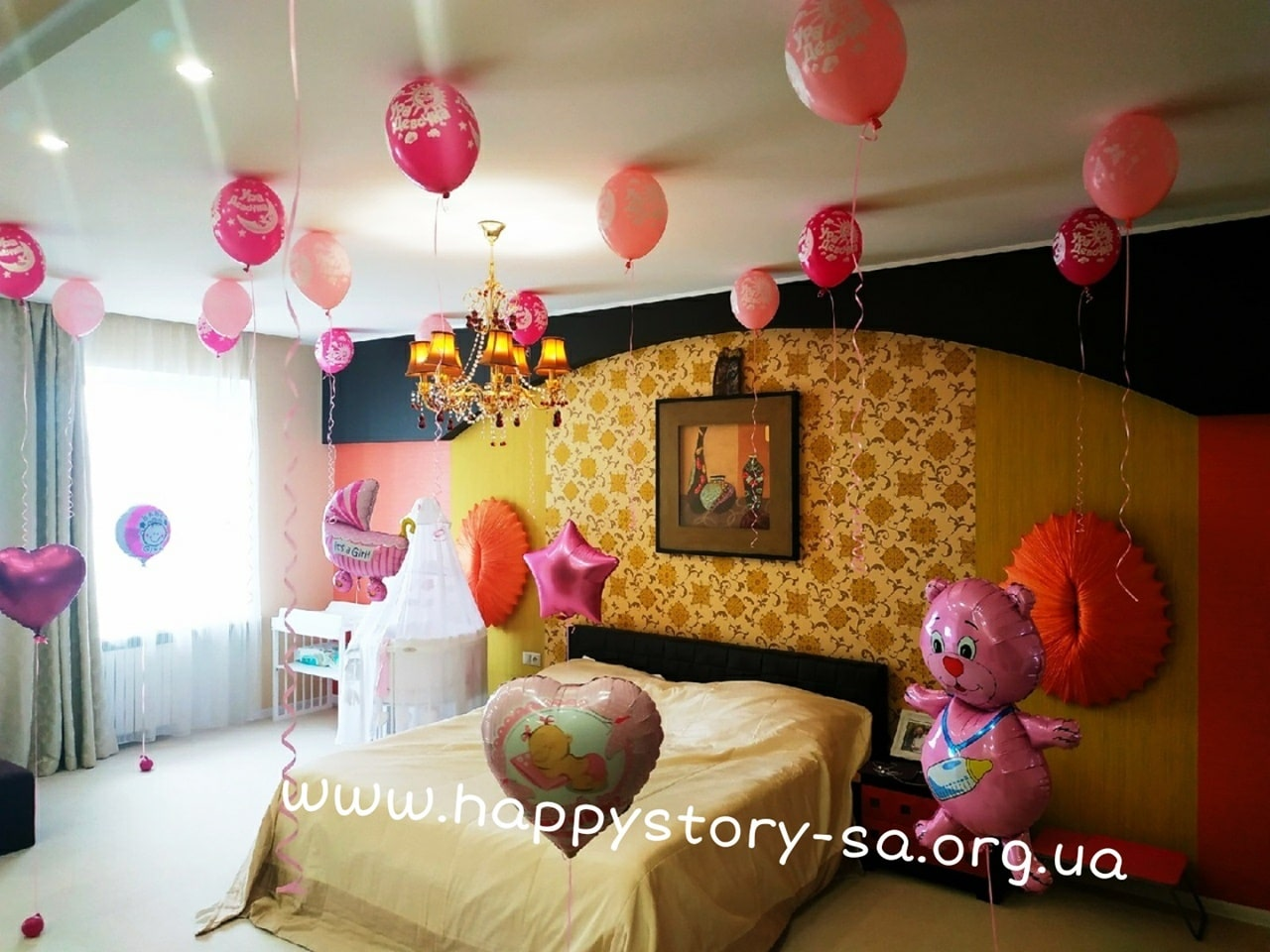 Украшение комнаты гелиевыми шарами на выписку из роддома