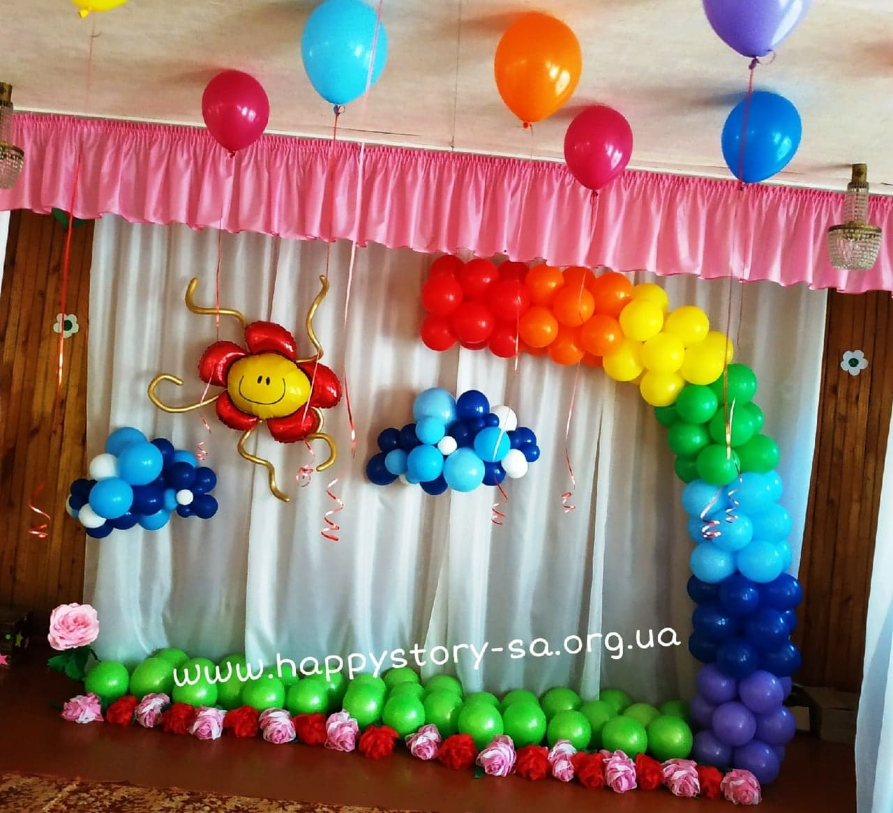 Оформление актового зала радугой из воздушных шаров на выпускной