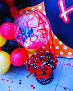 Композиция из цветов и прозрачного шара